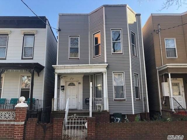 6 BR,  2.00 BTH Other style home in Astoria