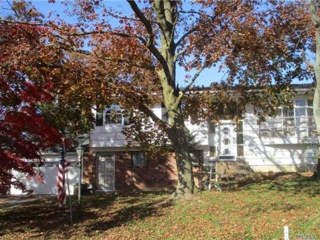 5 BR,  2.00 BTH  Hi ranch style home in Hauppauge