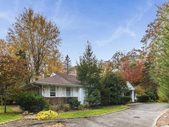 5 BR,  4.00 BTH Ranch style home in Muttontown