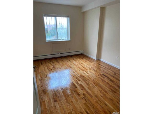 3 BR,  2.00 BTH  Apt in house style home in Woodside