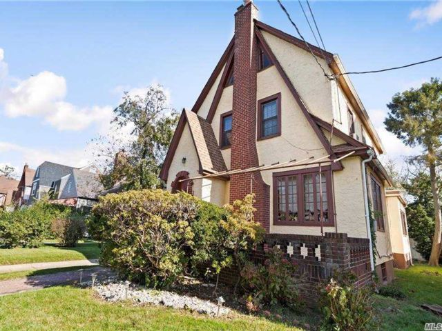 5 BR,  2.00 BTH  Colonial style home in Laurelton