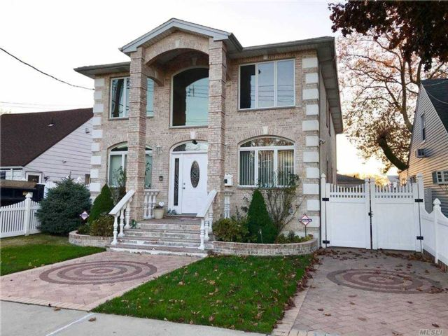 4 BR,  4.00 BTH  Contemporary style home in Whitestone