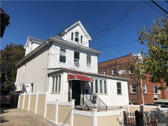 9 BR,  5.00 BTH Colonial style home in Flushing