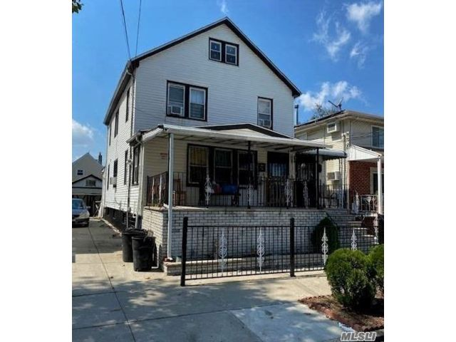 6 BR,  3.00 BTH Colonial style home in Jamaica
