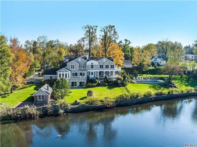6 BR,  7.00 BTH Colonial style home in Great Neck