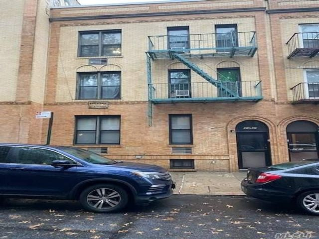 12 BR,  6.00 BTH Mid rise style home in Woodside