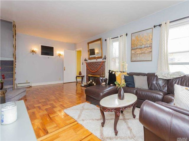 4 BR,  4.00 BTH Colonial style home in Jamaica Hills