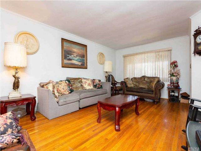 3 BR,  3.00 BTH  Townhouse style home in Queens Village