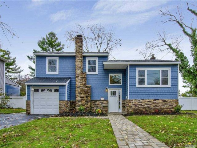 3 BR,  2.00 BTH  Split level style home in Massapequa Park