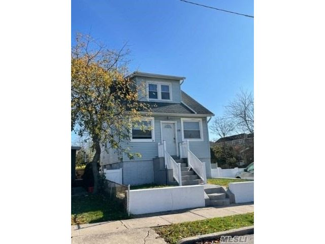 6 BR,  2.00 BTH 2 story style home in Island Park