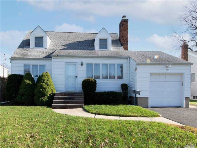 4 BR,  3.00 BTH Cape style home in Plainview