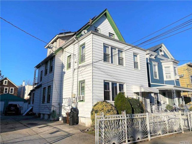 6 BR,  3.00 BTH Colonial style home in Woodhaven