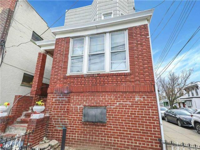 7 BR,  3.00 BTH Townhouse style home in Middle Village