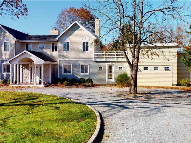 5 BR,  5.00 BTH Post modern style home in Westhampton