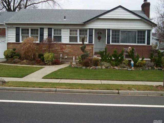 3 BR,  2.00 BTH  Ranch style home in Lynbrook