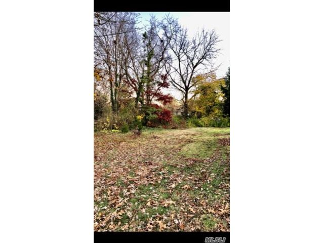 Lot <b>Size:</b> 0.12 Land style home in Huntington Station