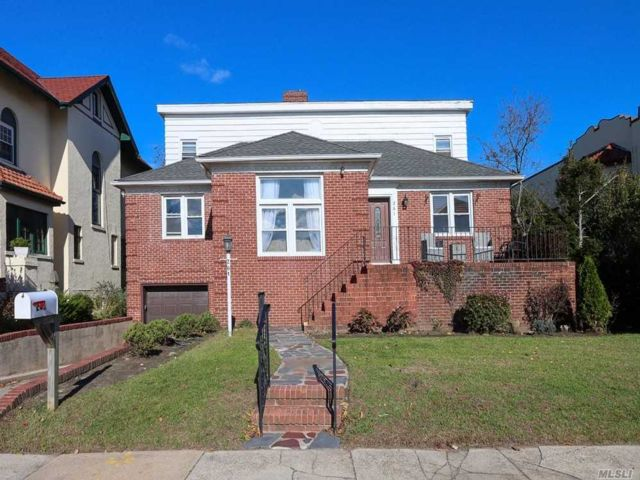 6 BR,  4.00 BTH Colonial style home in Long Beach