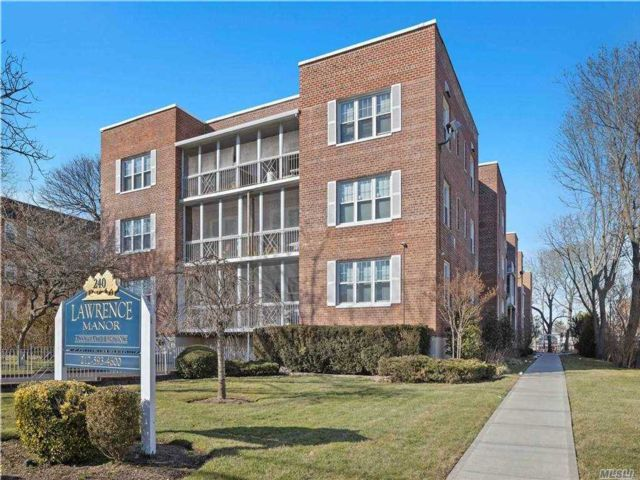 2 BR,  2.00 BTH Mid rise style home in Lawrence