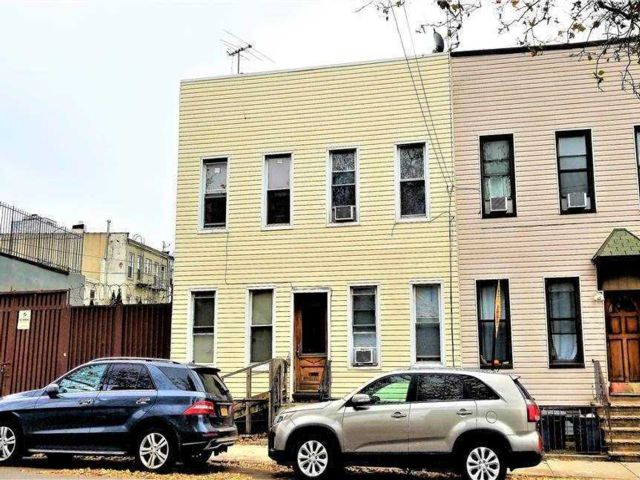 8 BR,  4.00 BTH  2 story style home in Ridgewood