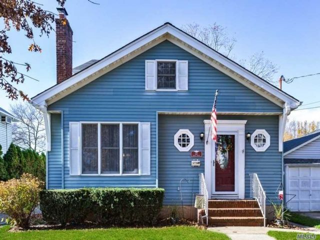 4 BR,  2.00 BTH Colonial style home in Floral Park