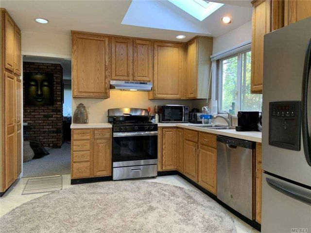 2 BR,  2.00 BTH Raised ranch style home in Huntington Bay