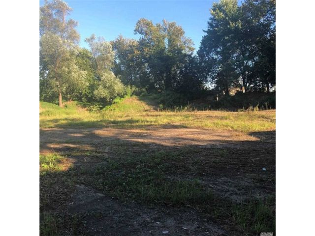 Lot <b>Size:</b> 83.3x475 Land style home in Bay Shore