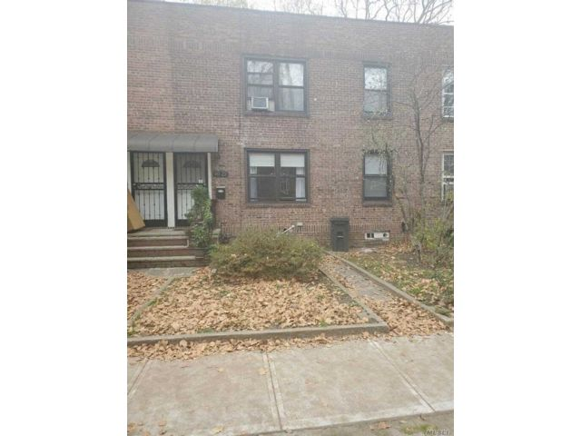 4 BR,  3.00 BTH  2 story style home in Long Island City