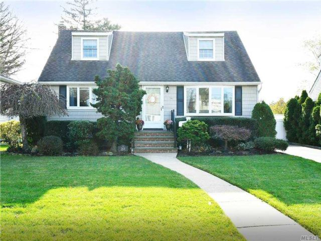 4 BR,  3.00 BTH Exp cape style home in Seaford