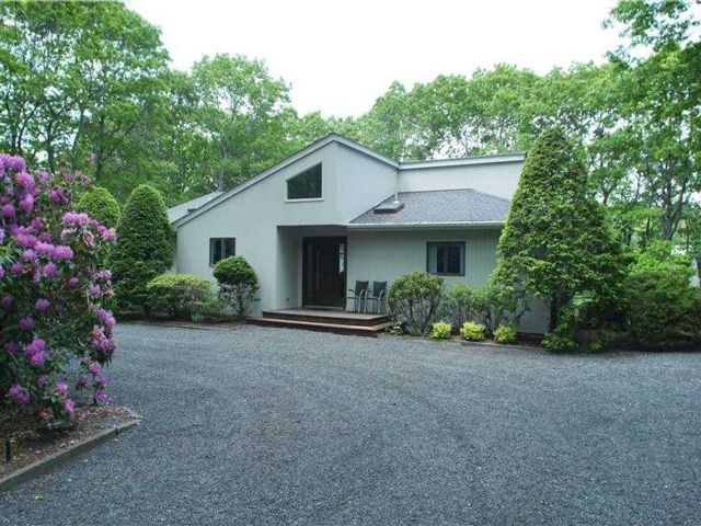 3 BR,  2.00 BTH  Contemporary style home in Quogue