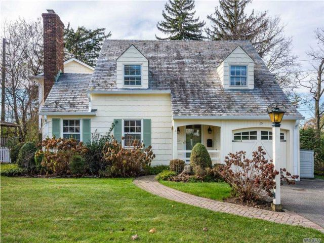4 BR,  3.00 BTH Colonial style home in Port Washington