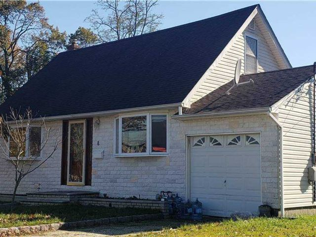 5 BR,  3.00 BTH  Exp cape style home in North Babylon