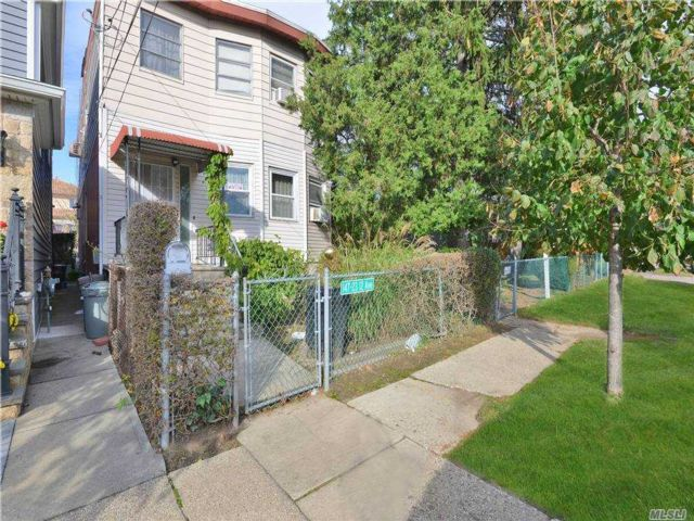 6 BR,  3.00 BTH  2 story style home in Whitestone