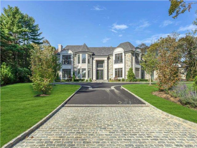 6 BR,  7.00 BTH Colonial style home in Old Westbury