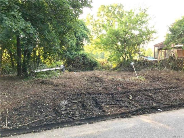 Lot <b>Size:</b> 61 x 112  Land style home in Douglaston