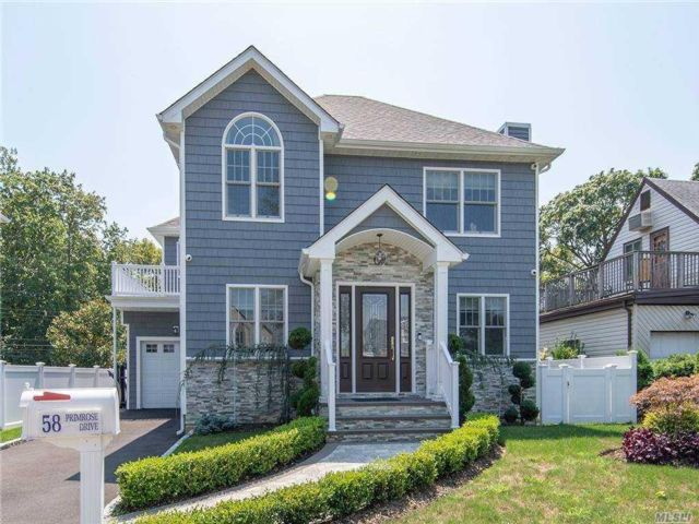 5 BR,  5.00 BTH Colonial style home in New Hyde Park