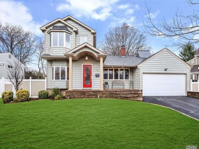 5 BR,  4.00 BTH  Split level style home in Syosset