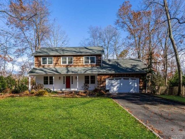 4 BR,  3.00 BTH  Colonial style home in Huntington