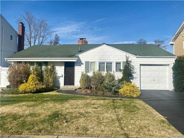 4 BR,  2.00 BTH Exp ranch style home in Merrick