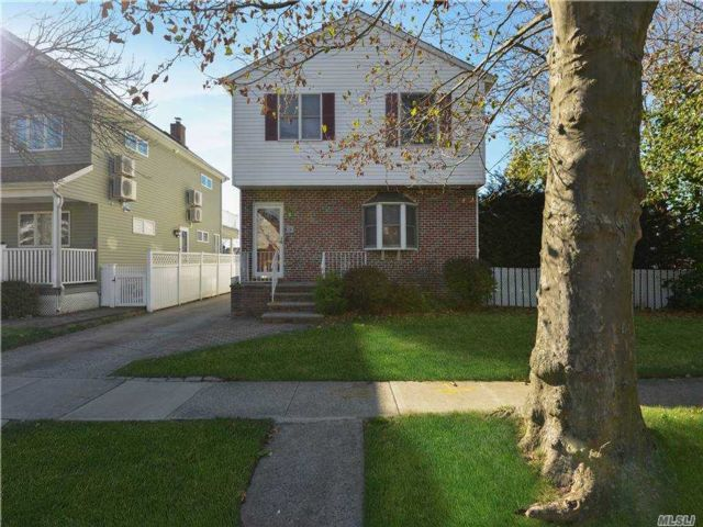 4 BR,  3.00 BTH Duplex style home in New Hyde Park