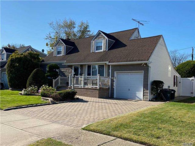 3 BR,  2.00 BTH Exp cape style home in East Meadow