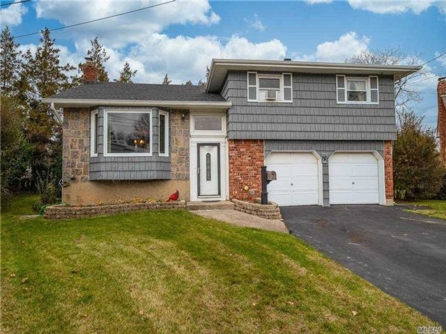 4 BR,  3.00 BTH  Split level style home in North Bellmore