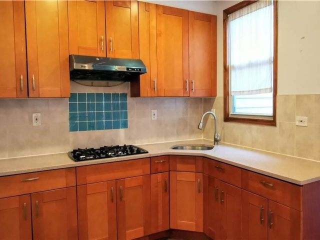 3 BR,  1.00 BTH Colonial style home in Corona