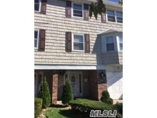 6 BR,  5.00 BTH Colonial style home in Bayside