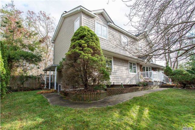 5 BR,  4.00 BTH Colonial style home in Shirley