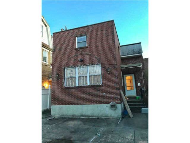 4 BR,  3.00 BTH Colonial style home in Corona