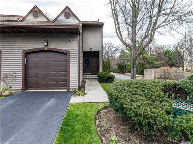 2 BR,  3.00 BTH Townhouse style home in Merrick
