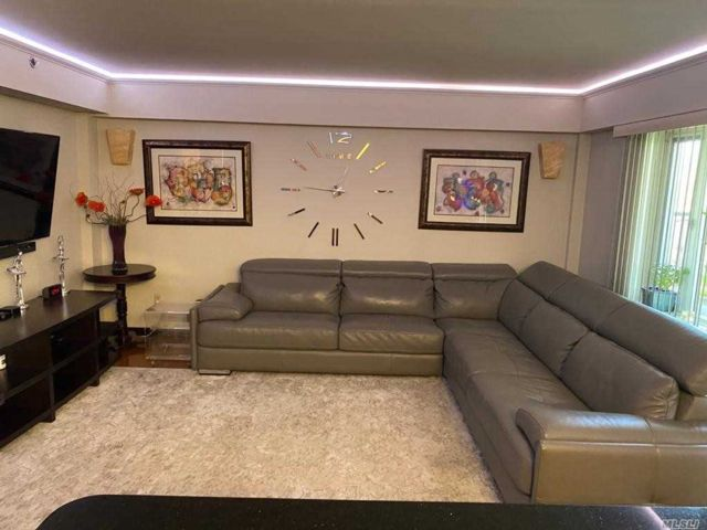 3 BR,  2.00 BTH Mid rise style home in Forest Hills