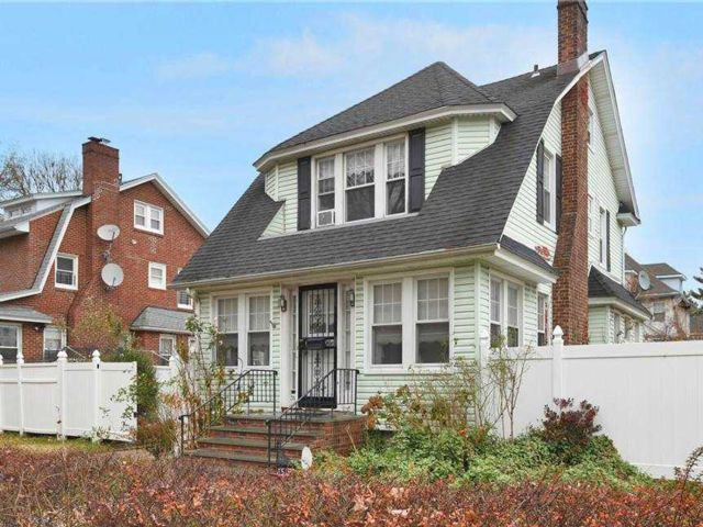 4 BR,  2.00 BTH Victorian style home in Flushing