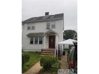 3 BR,  3.00 BTH Colonial style home in Bayside
