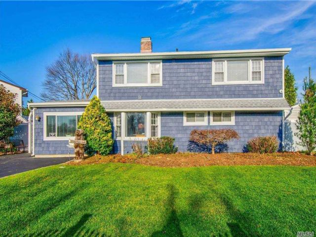 6 BR,  3.00 BTH Exp ranch style home in Hicksville